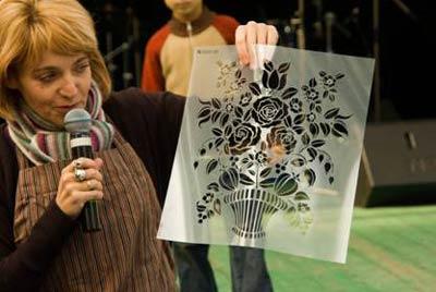 выбран трафарет «Корзина с цветами и шиповником»