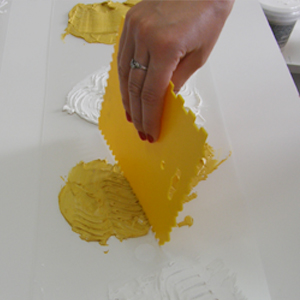 наносим цветную пасту на трафарет