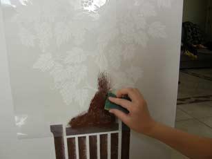 наносим краску на ствол и листья