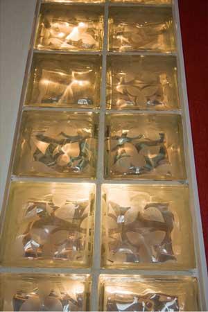 трафаретное матирование стеклянной плитки